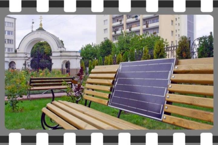 """Відео встановлення другої """"сонячної лавки"""" в Луцьку напередодні Дня Незалежності"""