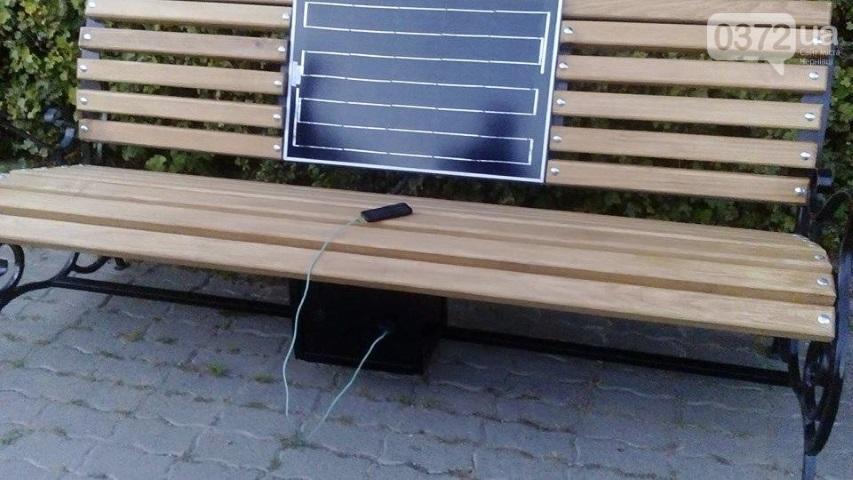 Компанія Спеціалізовані енергетичні технології виготовила та встановила ще одну лавку з сонячною панеллю